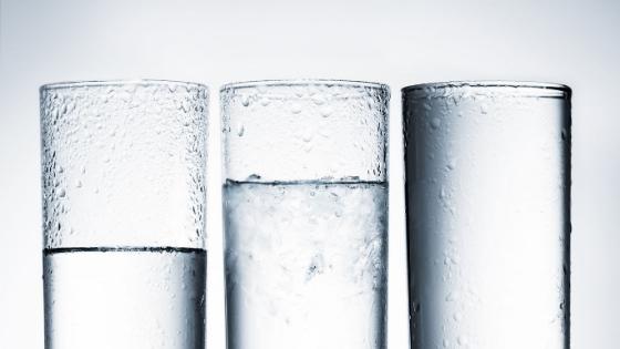 pahare cu apă